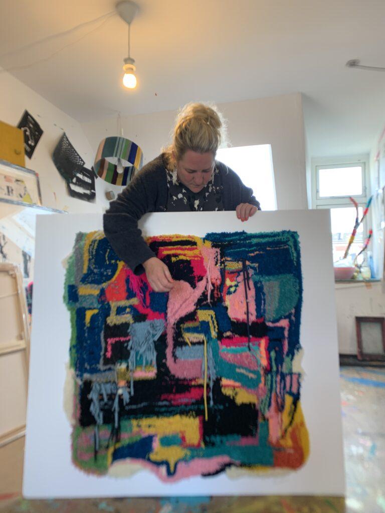 Betina Miemietz med et af sine store tuftede værker